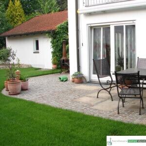 Terrasse mit antiken Pflastersteinen und Kretplatten