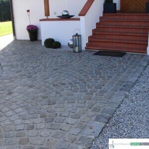 Hauseingang mit antiken Pflastersteinen