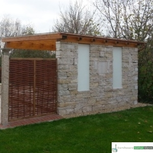 Jurakalk- Rebmauerwerk, Weiden-Zaunelement und gelber Granit-Pfosten