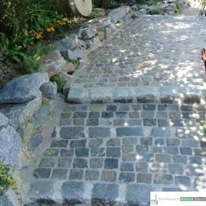 Terrasse, Weg und Treppe mit antiken Pflastersteinen 8/10 und 15/17 cm