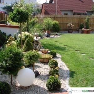 Stein, Holz und Pflanzen verschönern jeden Garten