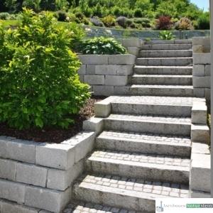 Granitleisten hellgrau gespitzt, Pflastersteine grau 9/11 cm, Mauersteine 40x20xh20 cm