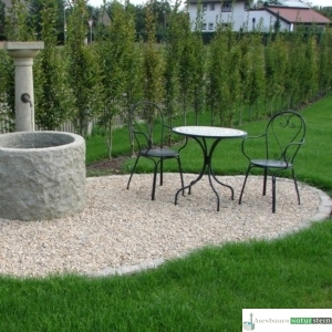 Granit- Brunnen mit Säule und Messing-Auslauf