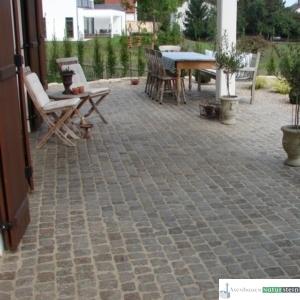Terrasse aus antiken Pflastersteinen