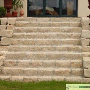 Treppe aus Jurakalk und antikes Pflaster