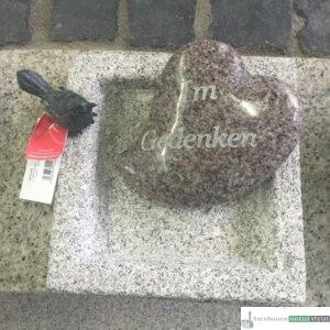 Granit Vogeltränke viereckig mit Vogel