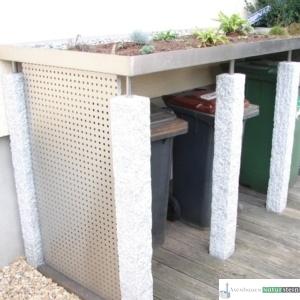Mülltonnenhäuschen aus Granit-ZaunpfosGranit-Zaunpfosten, grau gespitzt/ Elemente aus gebürsteten Edelstahlten, grau gespitzt/ Elemente, gebürstetes Edelstahl
