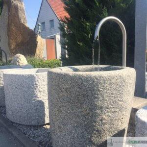 Granit-Brunnen mit Edelstahl-Schwanenhals