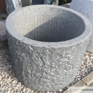 Granit Brunnen rund, dunkelgrau, innen gestockt und außen gespitzt