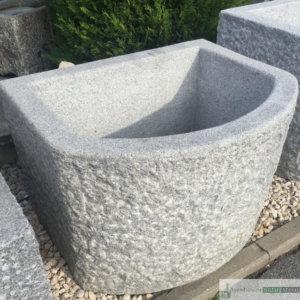 Granit Brunnen hellgrau, halbrund, innen gestockt und außen gespitzt